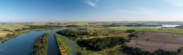 Панорамный вид на участок водного пути тиете-парана в барири, сан-паулу Premium Фотографии