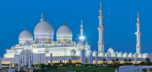 夜、アラブ首長国連邦のアブダビシェイクザイードモスクのパノラマビュー