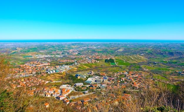 이탈리아의 산 마리노(san marino)와 에밀리아-로마냐(emilia-romagna)가 있는 아드리아 해안의 탁 트인 전망 - 풍경