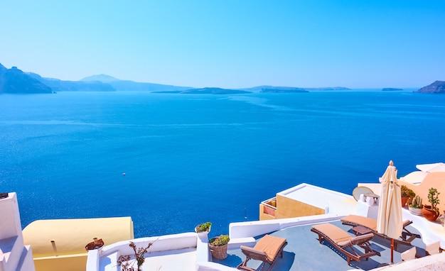 자신의 텍스트를 위한 공간이 있는 그리스 산토리니 섬에서 에게해의 탁 트인 전망