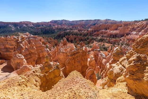 Панорамный вид на удивительные образования песчаника худу в живописном национальном парке брайс-каньон в солнечный день. юта, сша