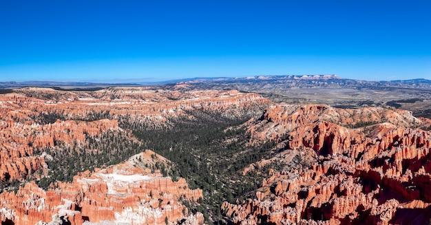 Панорамный вид на удивительные образования песчаника в живописном национальном парке брайс-каньон. юта, сша
