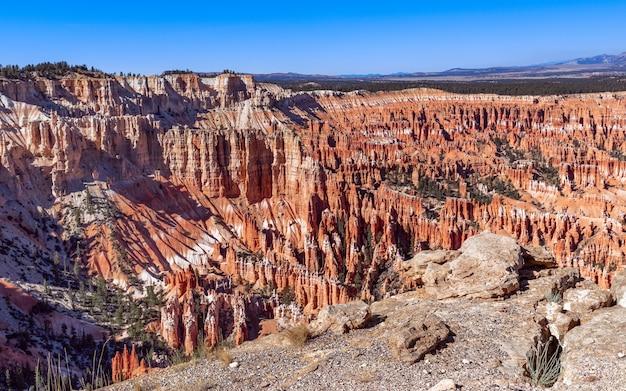 Панорамный вид на удивительные образования песчаника в живописном национальном парке брайс-каньон в солнечный день. юта, сша
