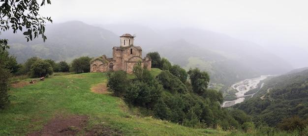 Панорамный вид на древний монастырь на вершине горы на кавказе в россии.