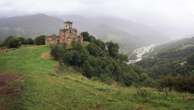 ロシアのコーカサスの山の頂上にある古代の修道院のパノラマビュー