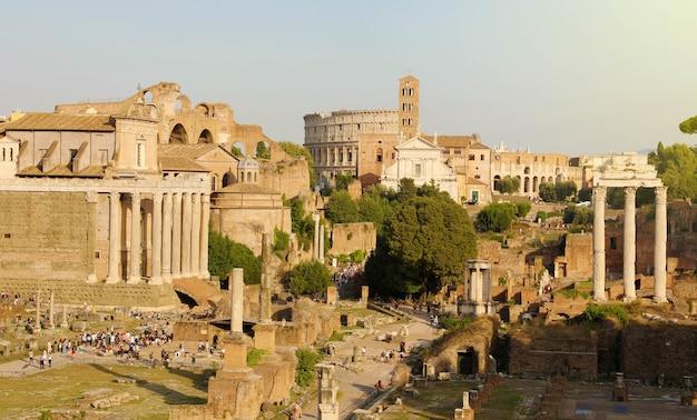 Панорамный вид на руины древнего рима