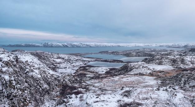 Панорамный вид на арктические зимние горные труднодоступные озера. северная дикая природа. сложный геологический ландшафт.
