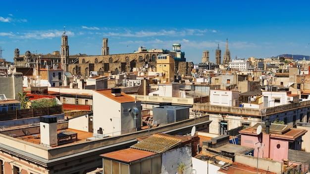 Панорамный вид на барселону, крыши нескольких зданий, старые соборы, испания