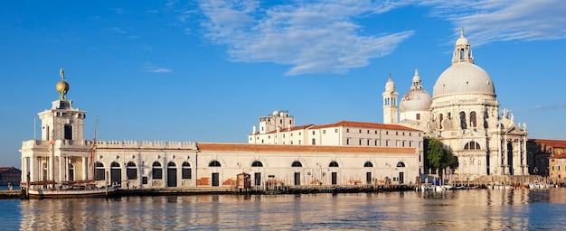 Панорамный вид на базилику санта-мария-делла-салюте, венеция.