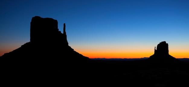 モニュメントバレー、アメリカの美しい日の出のパノラマビュー