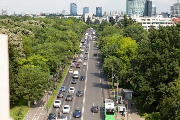 여름 동안 대도시의 자동차가 있는 대로의 탁 트인 전망