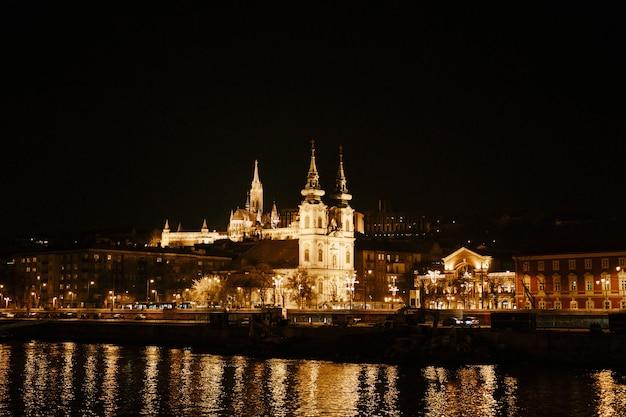 人工照明に照らして夜のブダペストのパノラマビュー