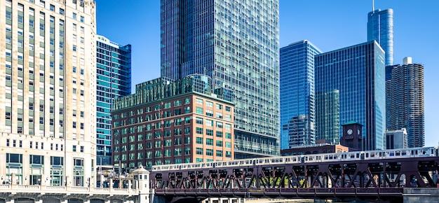 建物と鉄道の全景