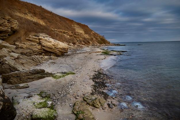穏やかな水のアゾフ海のパノラマビュー。のどかな秋のシーン
