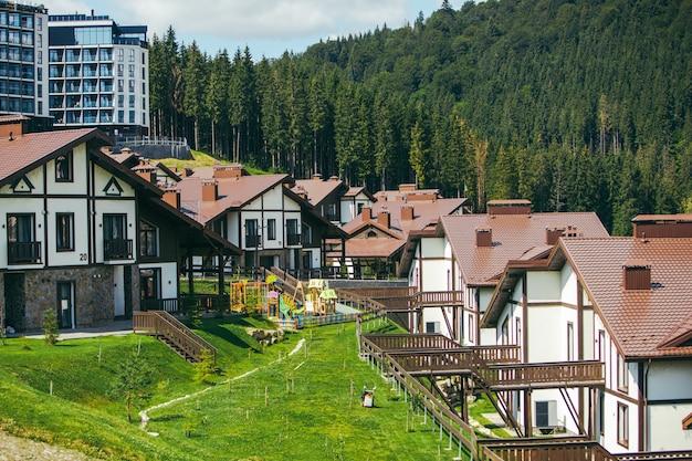 Панорамный вид на карпатские горы здания курорта дома отели