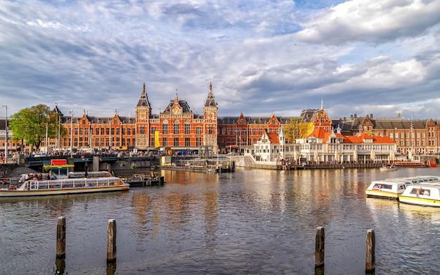 1889년 네덜란드에 지어진 암스테르담 건축 기념물에 있는 중앙 기차역의 탁 트인 전망