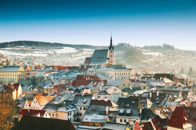 Панорамный вид на чески-крумлов зимой чехия путешествия и отдых в европе