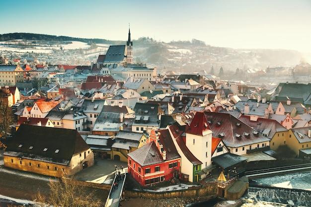 Панорамный вид на чески-крумлов зимой, чешская республика. вид на заснеженные красные крыши. путешествия и отдых в европе. рождество и новый год. солнечный зимний день в европейском городе.
