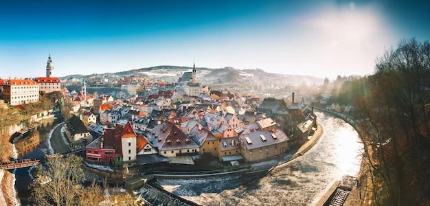 Панорамный вид на чески-крумлов зимой чехия вид на заснеженные красные крыши