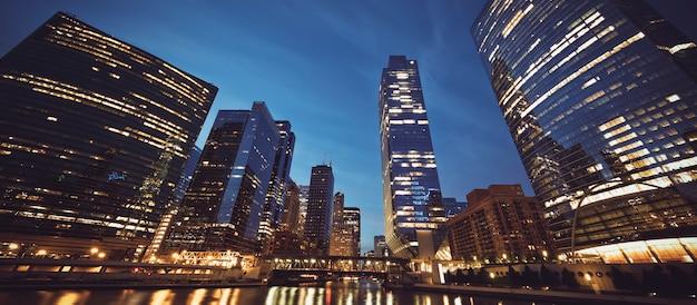夜のシカゴのスカイラインのパノラマビュー