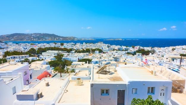 ギリシャの晴れた夏の日にミコノス島の海沿いのチョーラの町のパノラマビュー。ギリシャの風景