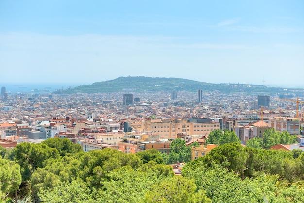 바르셀로나 시의 탁 트인 전망, 건물과 푸른 바다가 있는 도시 경관