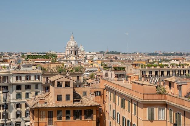 スペイン階段からの古い家とローマの街のパノラマビュー。夏の晴れた日と青い空