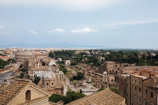 Vittoriano라고도 알려진 vittorio emanuele ii monument에서 로마 포럼과 콜로세움이 있는 도시 로마의 탁 트인 전망. 여름 화창한 날과 극적인 푸른 하늘