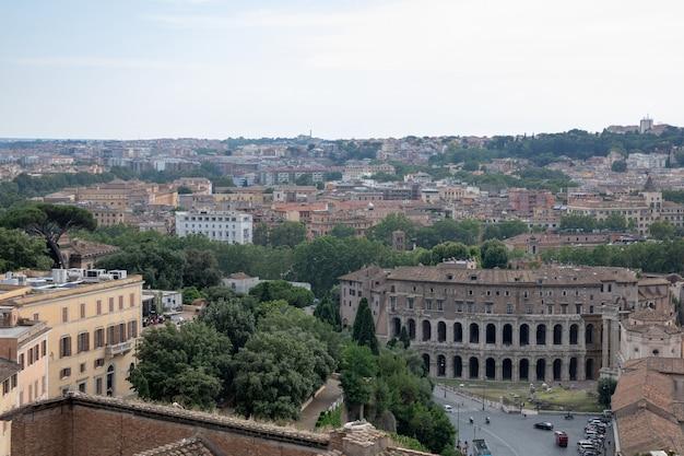 Панорамный вид на город рим с римским форумом и театром марцелла (teatro marcello) - древний театр под открытым небом в риме.