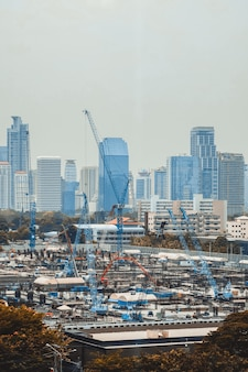 大都市の街並みと建設現場のパノラマビュー