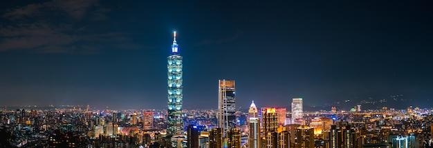 Панорамный вид на городской пейзаж и горизонт с башней тайбэй 101 и другими зданиями в ночное время. тайвань. вид с сяншань (слоновья гора).