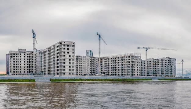 Панорамный вид на строительную площадку и высотное здание