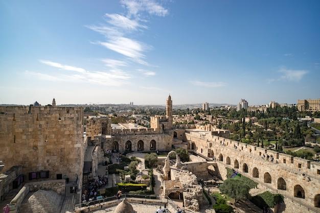 Панорамный вид на башню давида в весеннее время в старом городе иерусалима, израиль. башня давида на южной стене иерусалима