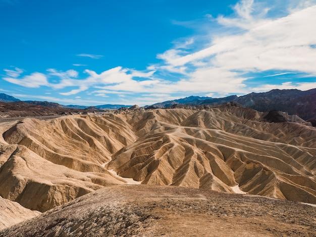 Панорамный вид на пустыню в забриски-пойнт, долина смерти, сша
