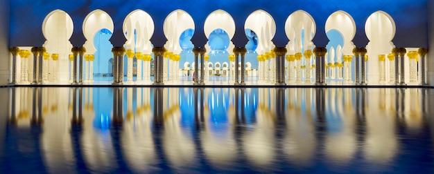 Панорамный вид на знаменитую мечеть, абу-даби, ночью, панорамный вид.
