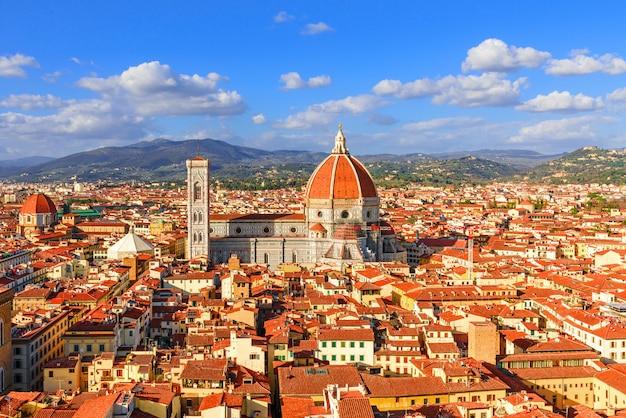 イタリア、フィレンツェのフィレンツェとサンタマリアデルフィオーレドゥオーモのパノラマビュー