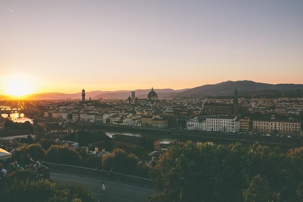 ミケランジェロ広場(ミケランジェロ広場)からサンタマリアデルフィオーレ大聖堂とヴェッキオ宮殿があるフィレンツェ市のパノラマビュー。夏の晴れた日と劇的な青い空