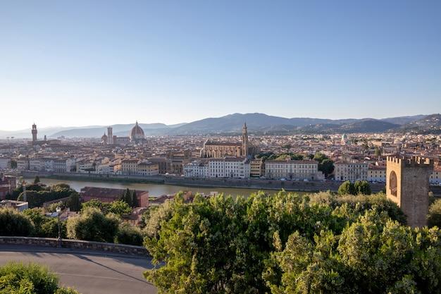 Панорамный вид на флоренцию с собором санта-мария-дель-фьоре и палаццо веккьо с площади микеланджело (площадь микеланджело). летний солнечный день и драматическое голубое небо