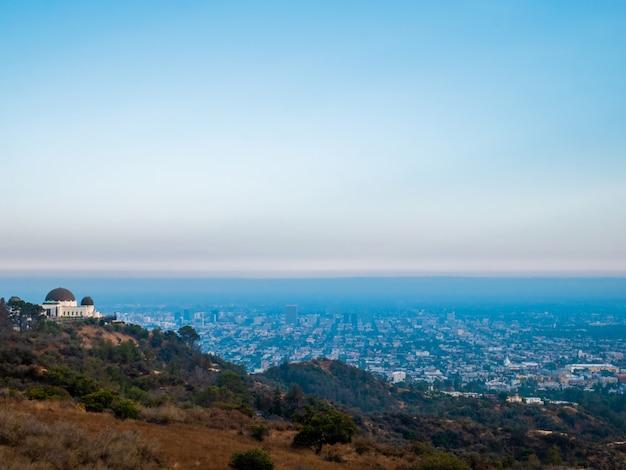 Панорамный вид на обсерваторию гриффита и лос-анджелес.