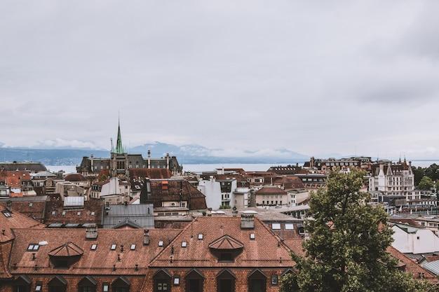 歴史的なローザンヌ市内中心部、スイス、ヨーロッパのパノラマビュー。夏の風景、太陽の光の天気、劇的な青い空と晴れた日