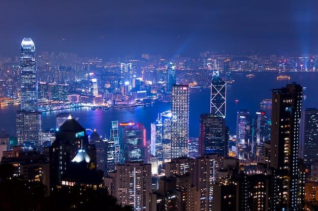 頂上(ビクトリアピーク)からの香港のパノラマビュー。街の明かりとライトショーの輝きのある夜