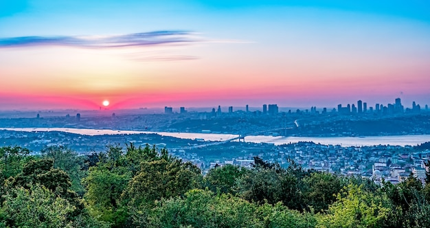 アジアとヨーロッパ、トルコ間のボスポラス海峡橋と日没時のイスタンブールのパノラマビュー