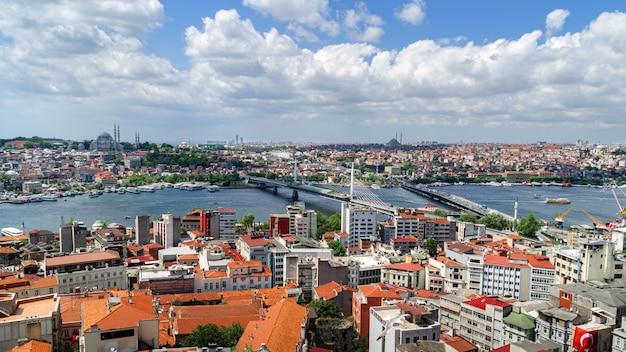 Панорамный вид на стамбул с галатской башни. мосты, мечети и босфор. стамбул, турция.