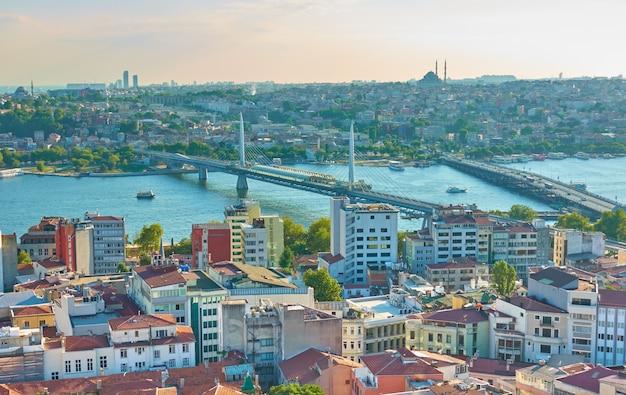 Панорамный вид на стамбул с метромоста золотой рог, турция