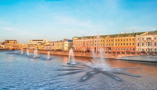 カダシェフスカヤ堤防、モスクワの噴水のパノラマビュー