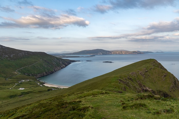 Панорамный вид на залив ким-бей, остров ахилл, ирландия