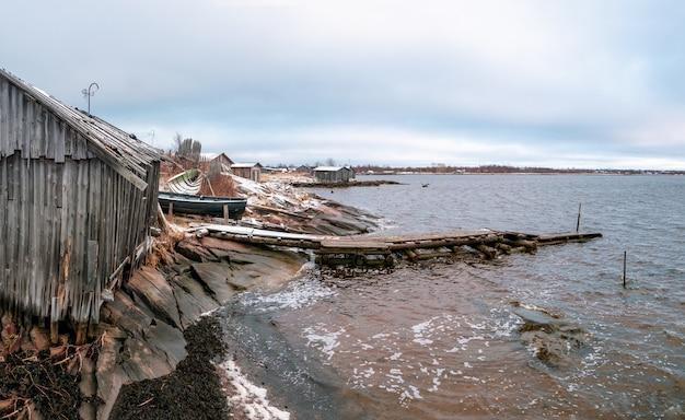 Kem의 전경. 썰물 동안 백해의 해안에 어촌 마을 rabocheostrovsk.