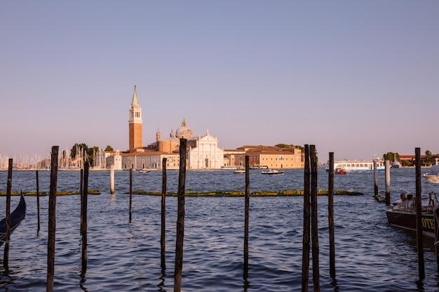 Панорамный вид на лагуну венета города венеции и остров сан-джорджо-маджоре вдалеке. пейзаж летнего вечернего дня и солнечного голубого неба