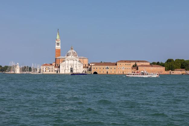 Панорамный вид на лагуну венета города венеции и остров сан-джорджо-маджоре вдалеке. пейзаж летнего утреннего дня и драматического голубого неба