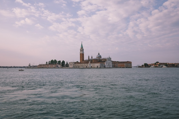 베니스(venice) 시의 라구나 베네타(laguna veneta)와 멀리 산 조르지오 마조레 섬(san giorgio maggiore island)의 탁 트인 전망. 여름 아침의 풍경과 극적인 푸른 하늘